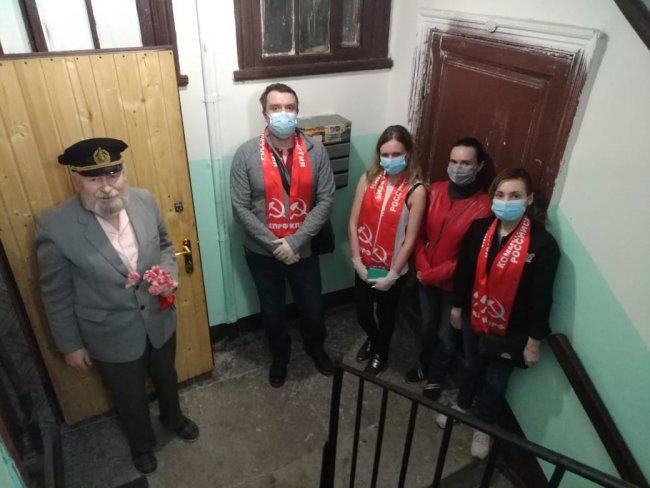 Активисты КПРФ поздравляют ветеранов с 9 мая. Фото: @spbkprf