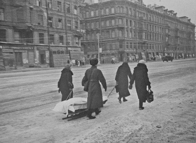 Траурная процессия на Невском проспекте, 1942 год. Фото: Сергей Струнников