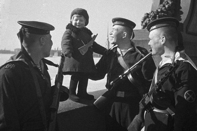 Матросы с девочкой Тосей, 1942 год. Фото: Борис Кудоярдов
