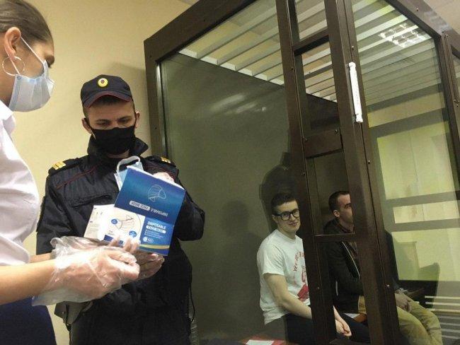Выдача СИЗ подсудимым после обращения защиты. Фото: Евгения Кулакова