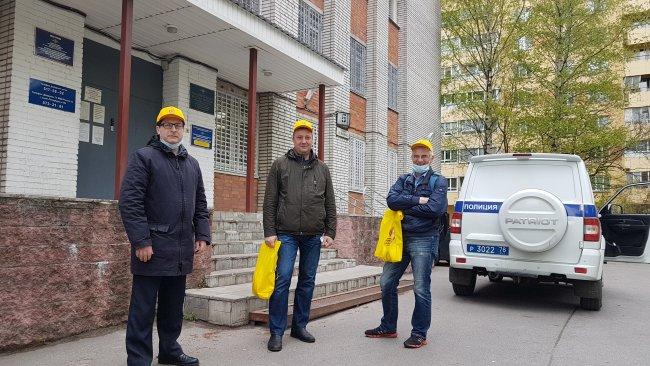Депутаты муниципальных образований Выборгского района передают маски и перчатки для задержанных и сотрудников в отделе милиции. Фото: @spb_spravedlivo