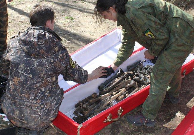 Члены поискового отряда во время экспедиции в Кировском районе Ленинградской области