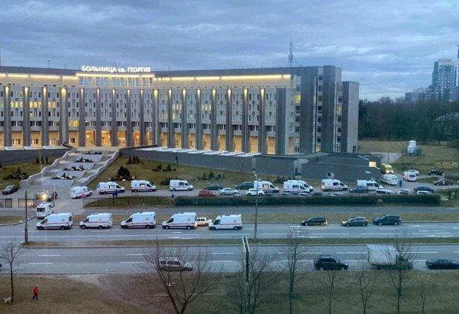 Апрель 2020-го. Очередь из машин скорой помощи у больницы Св. Георгия в Петербурге. Фото: facebook.com