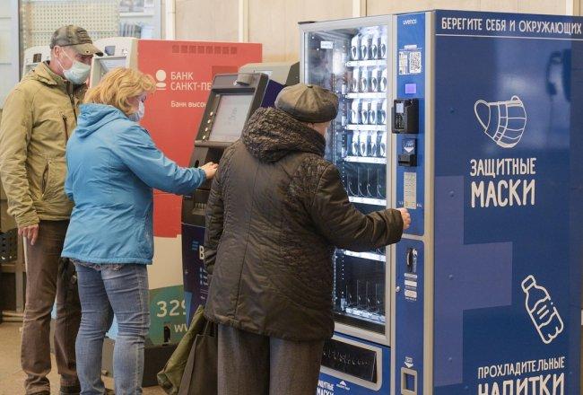 Пассажиры петербургского метро покупают медицинские маски. Фото: РИА Новости