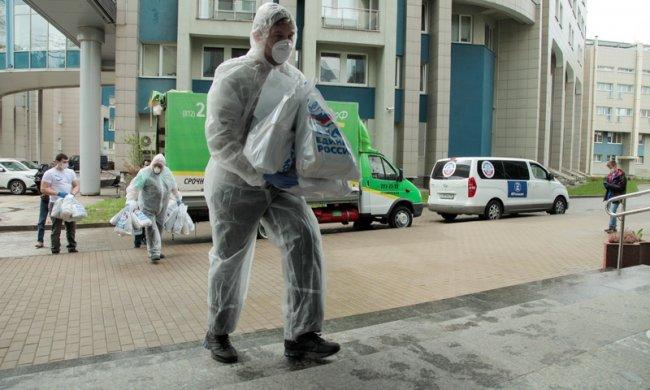 Активисты «Единой России» развозят продуктовые наборы и маски по медицинским учреждениям. Фото: spb.er.ru