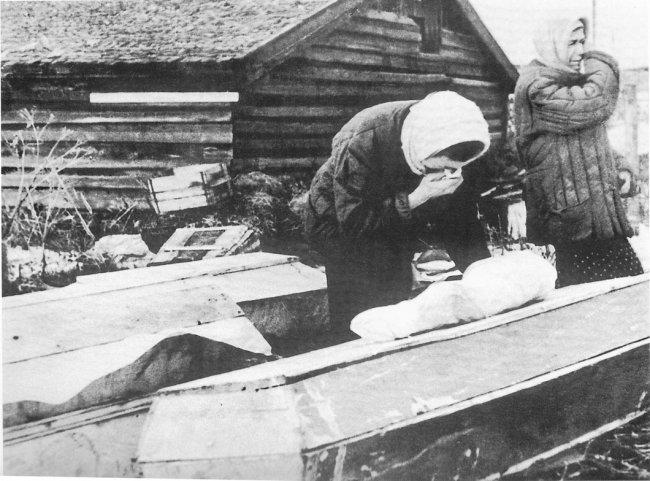 Похороны ребенка на Волковом кладбище, 1942 год. Фото: Борис Кудоярдов