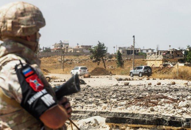 Сотрудник российской военной полиции во время прохода колонны представителей ООН к подножию Голанских высот через территорию Сирии. Фото: Андрей Грязнов / ТАСС