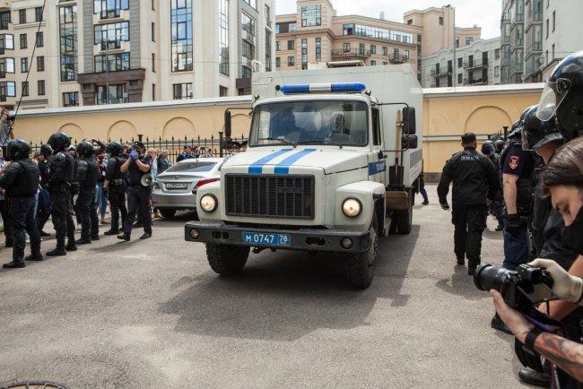 Автозак, в котором увезли Филинкова и Бояршинова. Фото: Елена Лукьянова / «Новая»