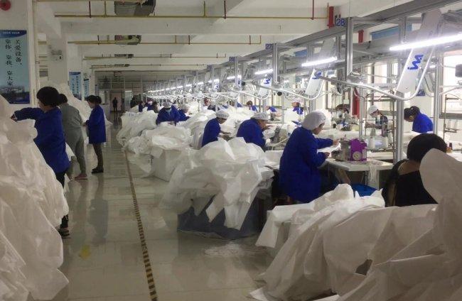 Изготовление медицинских костюмов на китайской фабрике. Фото: alibaba.com