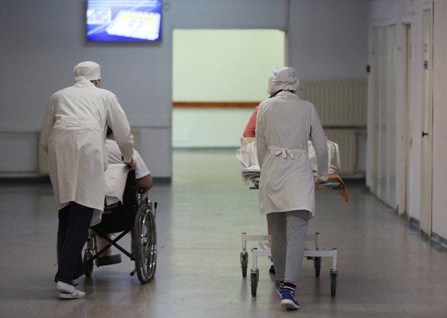 Сотрудники транспортируют пациентов в НИИ скорой помощи имени И.И. Джанелидзе. Фото: Анатолий Медведь / РИА Новости