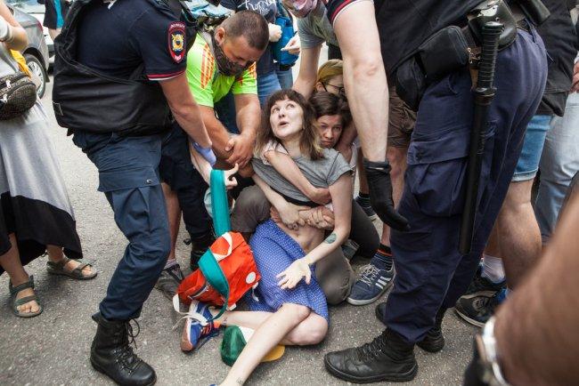 Задержание Сахиповой. Фото: Елена Лукьянова / «Новая»