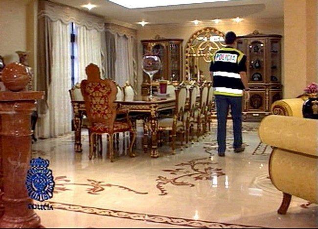 Шикарные интерьеры дома, где жил один из 28 задержанных по самому крупномасштабному делу о «русской мафии» за рубежом, 2005 год, окрестности Барселоны. Фото: EPA