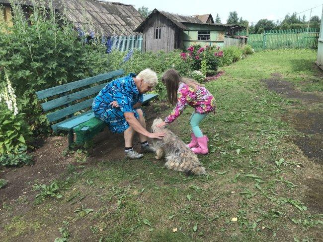 Надежда с внучкой. Фото: Ирина Тумакова / «Новая газета»