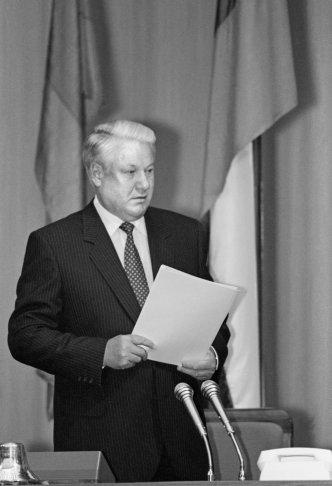 Борис Ельцин на пленарном заседании Конституционного совещания. Фото:  Александр Сенцов / Фотохроника ТАСС