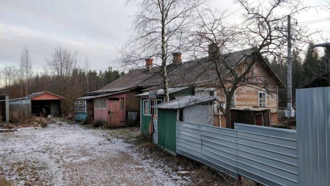 Дом 71 по Новому шоссе, рядом с ж/д переездом в поселке Белоостров. Фото: Денис Коротков / «Новая газета»