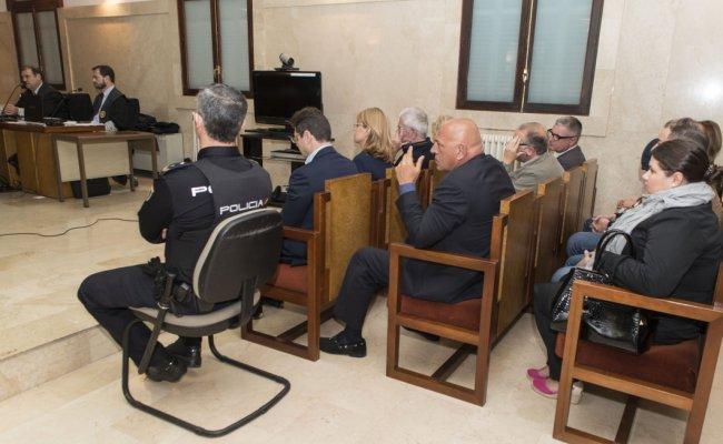 Адвокат Александр Романов (на первом ряду рядом с полицейским) и другие на заседании суда по делу об отмывании 14 миллионов евро представителями «русской мафии» в Испании. Фото: EPA
