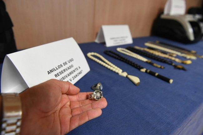 5 июля 2018 г. На пресс-конференции в Мадриде прокуратура демонстрирует ювелирные украшения из дела «русской мафии» с характерными для криминального мира России знаками. Фото: EPA
