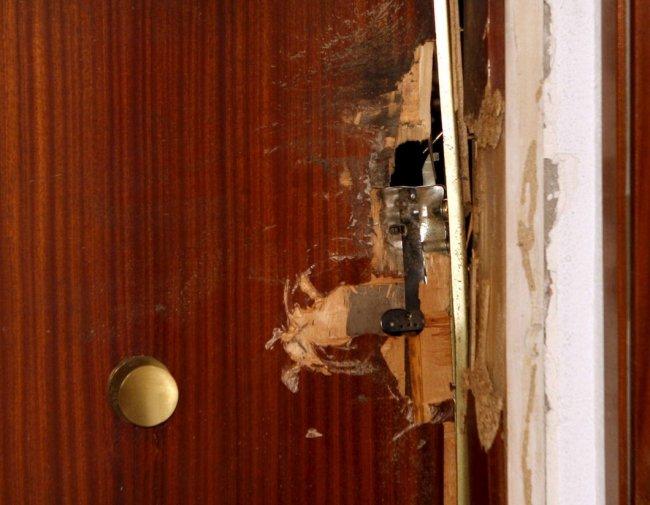 Фрагмент двери после штурма апартаментов, где находились подозреваемые по самому крупномасштабному делу о «русской мафии за рубежом», 2010 год, Барселона. Фото: EPA