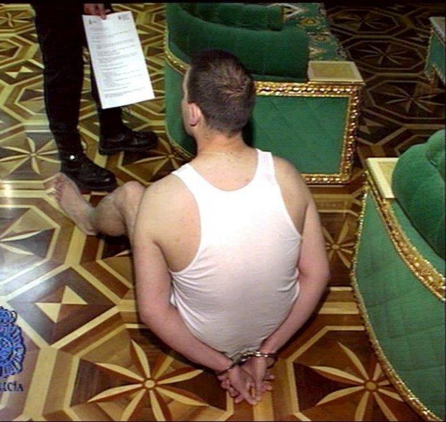 2005 год. Фото из полицейского досье. Задержанному владельцу шикарного дома предъявляют ордер на арест по делу о «русской мафии» в Испании. Фото: EPA