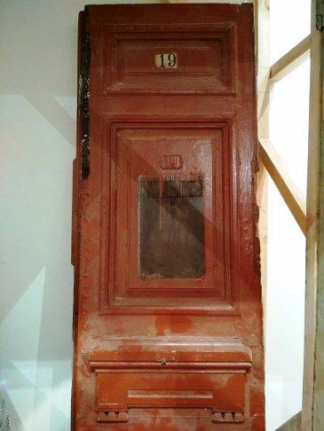 Одна из исторических дверей в мастерской. Фото: Галина Артеменко / «Новая в Петербурге»