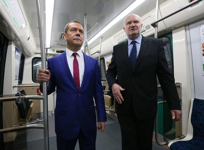 Премьер-министр Дмитрий Медведев и Владимир Гарюгин во время визита на станцию метро «Новокрестовская». Фото: РИА Новости