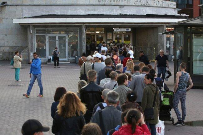 Очередь у станции метро «Электросила», образовавшаяся в связи с массовым досмотром пассажиров. Фото: Антон Ваганов / ТАСС