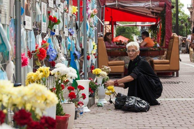 Стена памяти погибших врачей на Малой Садовой улице в Петербурге. Фото: Елена Лукьянова / «Новая в Петербурге»