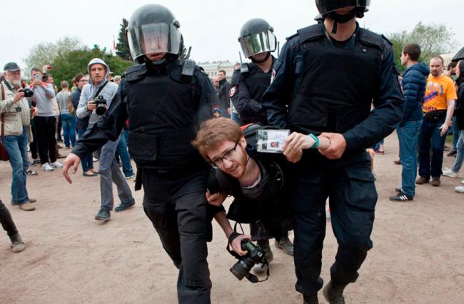 Задержание Давида Френкеля на одной из протестных акций в Петербурге. Фото: Елена Лукьянова / «Новая газета»