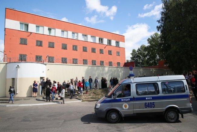 Родственники задержанных возле Центра изоляции правонарушителей в Минске. Фото: Наталия Федосенко / ТАСС