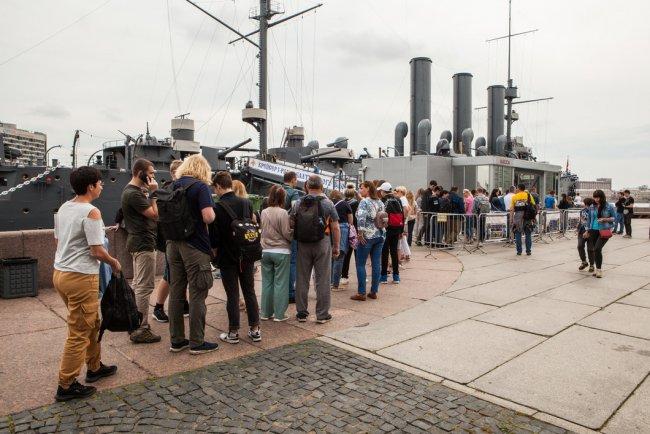 Очередь посетителей на крейсер «Аврора». Фото: Елена Лукьянова / «Новая газета»
