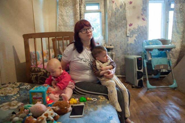 Наталья с дочерьми. Фото: Елена Лукьянова / «Новая в Петербурге»