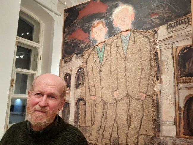 Валерий Лукка на фоне своей картины «Братья»