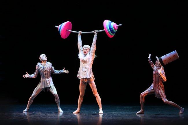 Сцена из балета «Петрушка». Режиссер Владимир Варнава. Фото: mariinsky.ru