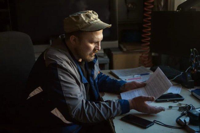 Владимир показывает официальное письмо от QBF. Фото: Елена Лукьянова / «Новая в Петербурге»