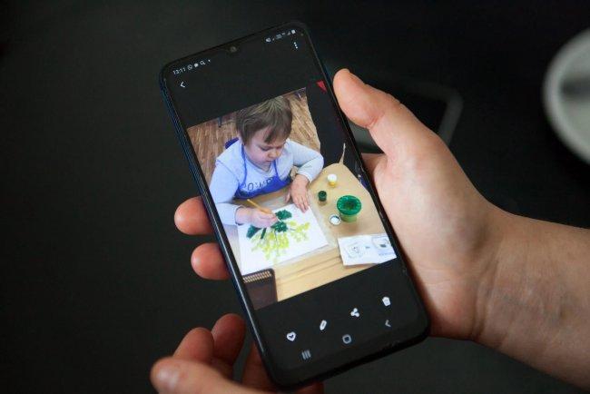 Мамы показывают видео на телефоне занятий в центре Козлова. Фото: Елена Лукьянова / «Новая»