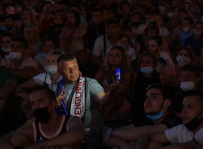 Болельщики смотрят трансляцию матча финала чемпионата Европы по футболу 2020 на Дворцовой площади в Санкт-Петербурге, 11 июля 2021 года. Фото: РИА Новости