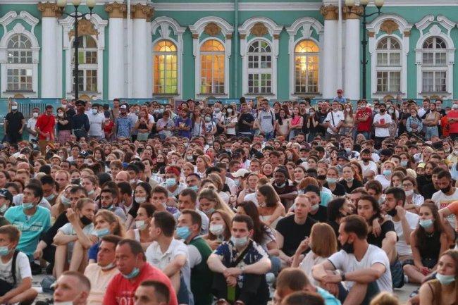 Болельщики во время прямой трансляции финального матча Евро-2020 на Дворцовой площади в Петербурге. Фото: Петр Ковалев / ТАСС