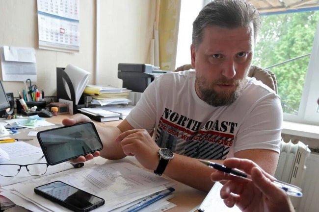 Директор Лукашевской средней школы Максим Миронков в своем кабинете. Фото: Михаил Масленников / для «Новой»