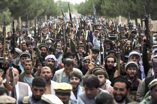Собрание вооруженных формирований, выступающих в поддержку Министерства обороны Афганистана против «Талибана», в Кабуле 23 июня 2021 г. Фото: AP Photo/Rahmat Gul