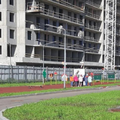 Детская площадка под стройкой. Фото родителей