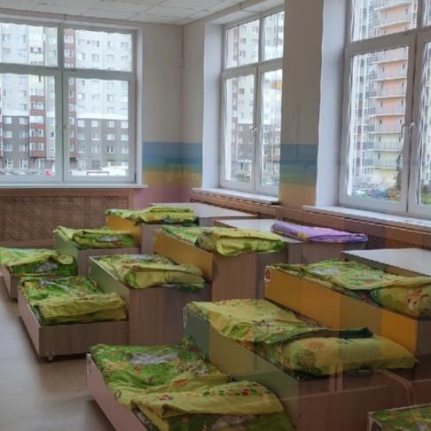 Кровати под окнами без штор и защитных замков. Фото предоставлено родителями