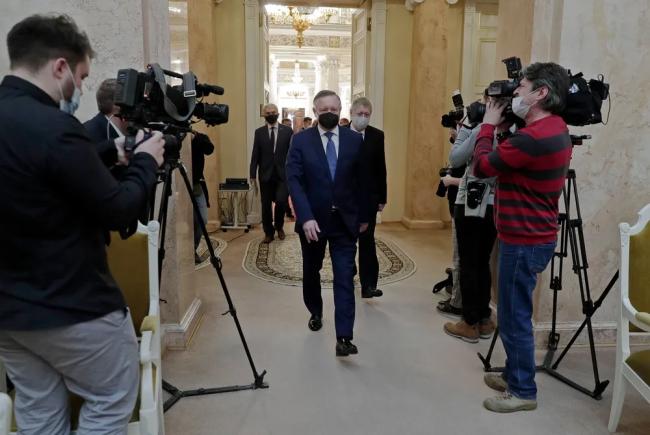 Губернатор Санкт-Петербурга Александр Беглов входит в зал заседаний петербургского ЗакСа. Фото: assembly.spb.ru