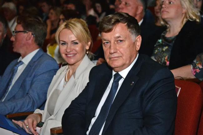 Вячеслав Макаров с дочерью Мариной Лыбаневой. Фото: пресс-служба Петроградского района Санкт-Петербурга