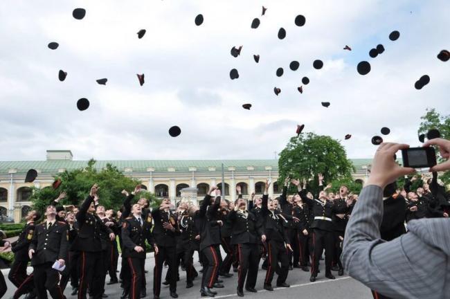 Один из последних выпусков суворовцев в Воронцовском дворце. Фото: vk.com/sos_spb_svu